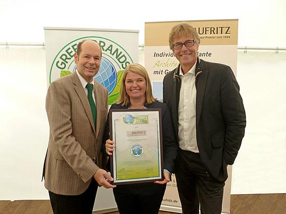 Ökohaus-Pionier erhält internationale GREEN BRANDS-Zertifizierung - Vlnr.: Norbert R. Lux, Dagmar Fritz-Kramer und Fritz Lietsch - Foto: BauFritz
