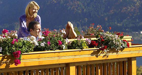 Ein Highlight auch am Fertighaus - Der Holzbalkon: traditionell, modern, robust - Foto: Leeb