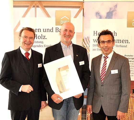 V.l.n.r.: Joachim Hörrmann (Geschäftsführer des DHV), Thomas Lehner (Geschäftsführer LEhner Haus GmbH) und Erwin Taglieber (Präsident des DHV) - Foto: DHV