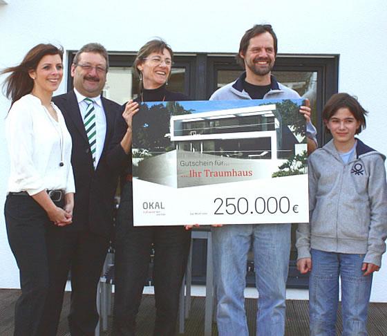 Von links nach rechts: Tina Klein (Öffentlichkeitsarbeit DGH), Dieter Wissmann (Verkaufsleiter OKAL), die Gewinnerfamilie Brigitta, Michael und Kim Schrapp. Foto: OKAL