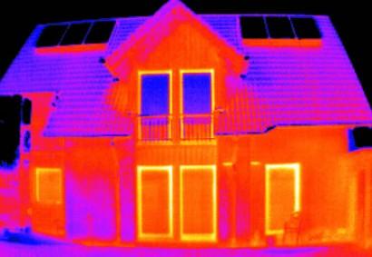 Gute Wärmedämmung zahlt sich aus: Während beim oberen Haus viel Energie verloren geht, bleibt diese beim unteren Bild dort, wo sie hingehört: im Haus. Das führt nicht nur zu einer geringen Kennzahl im Energiepass, sondern auch zu enormen finanziellen Einsparungen. Foto: Klaas Messtechnik/OKAL