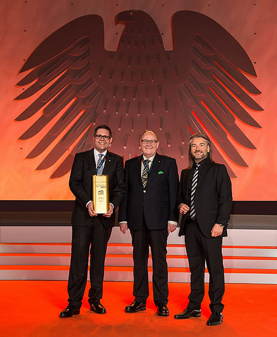 """Bestes Produkt des Jahres 2014: Entwurf """"Concept –M Köln"""" in der Ausstellung Frechen. Marken-Award: den begehrten Innovativ-Preis erhalten Christan und Gerhard Baumann (Bien-Zenker) von Donat Brandt. (v.li.) Foto: Bien-Zenker"""