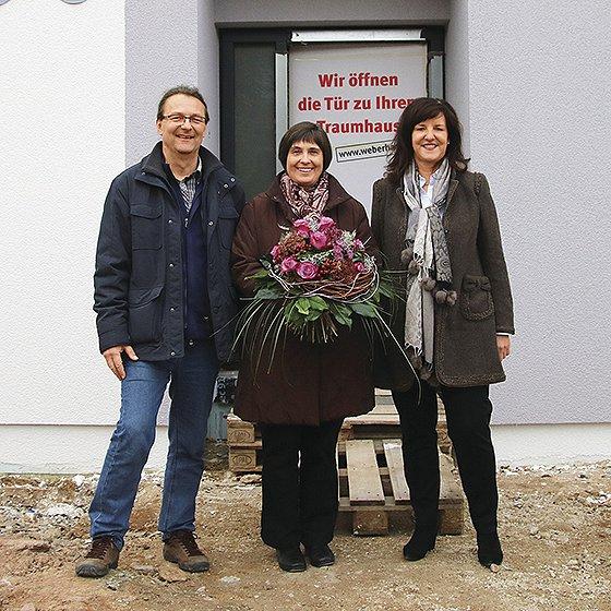 WeberHaus-Geschäftsführerin Heidi Weber-Mühleck gratuliert Simone Merk und Ulrich Kröger zum 34.000 Haus des badischen Fertighausherstellers. Foto: WeberHaus