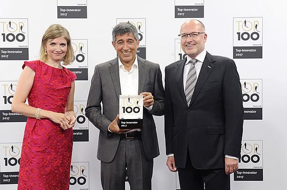 LUXHAUS wurde als Innovationsführer geehrt. V.l.n.r.: LUXHAUS Marketingleiterin Carolin Seufert, Wissenschaftsjournalist und TV-Moderator Ranga Yogeshwar, LUXHAUS Geschäftsführer Dirk Adam.
