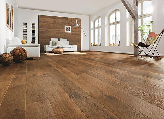 Parkett wirkt dank seiner attraktiven Farbgebung und der schönen Maserung im Wohnzimmer besonders gut. Foto: vdp/Hamberger Flooring GmbH & Co. KG