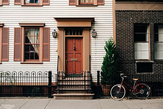 Ein Haus ist zwar immer etwas Besonderes, aber auch deutlich teurer als der Erwerb einer Eigentumswohnung - zumindest in den meisten Lagen.