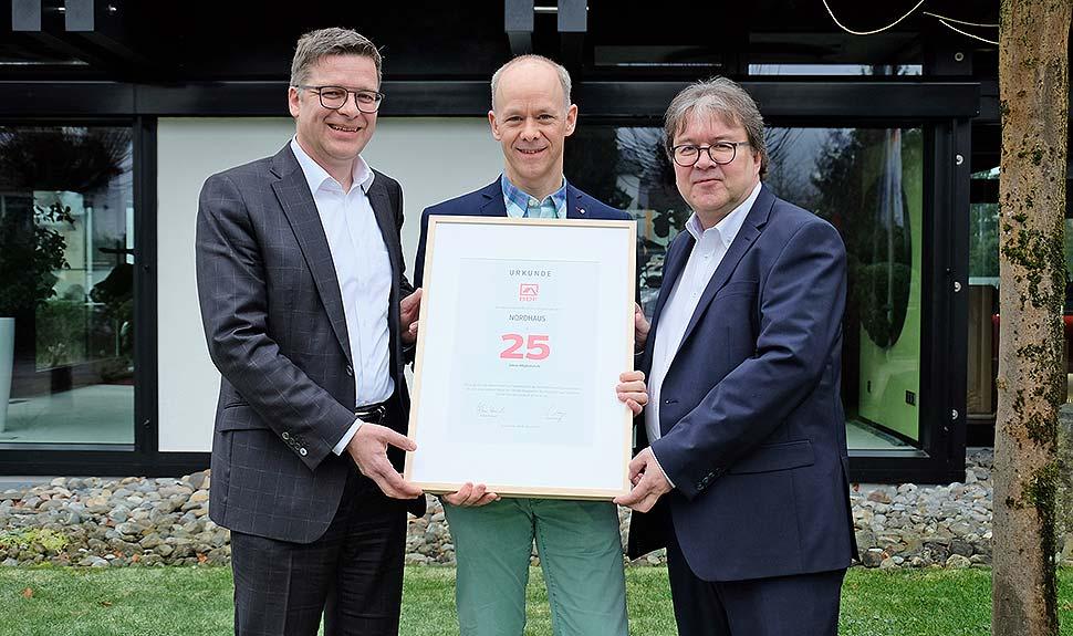 Nordhaus-Geschäftsführer Christoph Brochhaus (m.) erhielt die Jubiläumsurkunde von den BDF-Geschäftsführern Georg Lange (l.) und Achim Hannott (r.). Foto: BDF