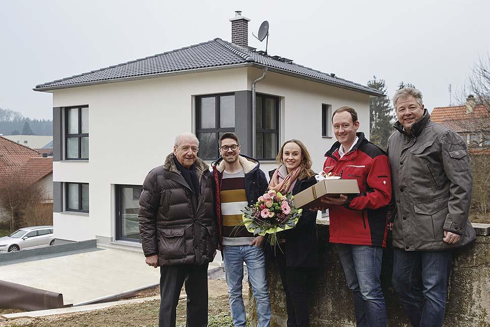 Hans Weber gratulierte den stolzen Bauherren persönlich zu ihrem Eigenheim, das für WeberHaus das 37.000ste gebaute Objekt ist. Foto: WeberHaus