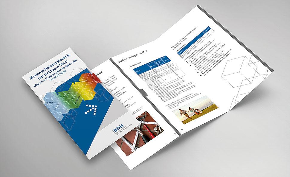 """In der praktischen """"Förderfibel"""" des BDH finden Verbraucher alles Wissenswerte zu den Förderprogrammen und deren Rahmenbedingungen. Die Broschüre wird laufend aktualisiert und ist online unter www.sonnigeheizung.de zu finden."""