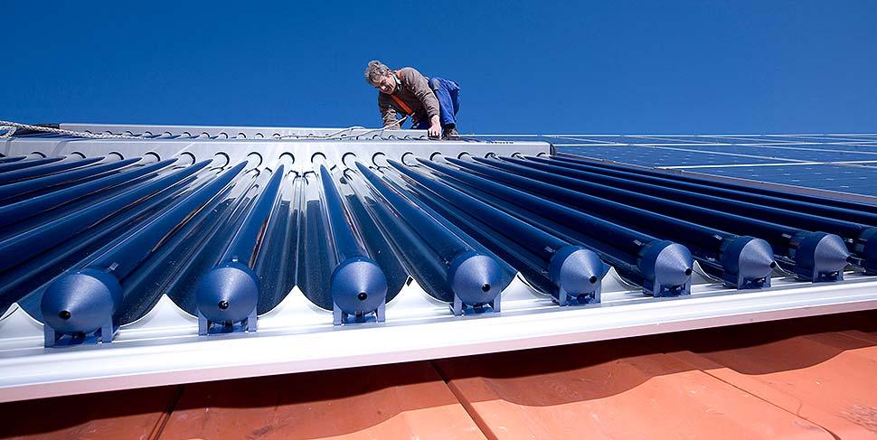Wer sich heute entscheidet, seine Heizung im Keller mit einer solarthermischen Anlage auf dem Dach zu unterstützen, kann sich bis zu 30 % der Kosten vom Staat zurückholen. Bei einem Austausch der alten Ölheizung sind sogar 45 Prozent Förderzuschuss drin. Foto: BDH