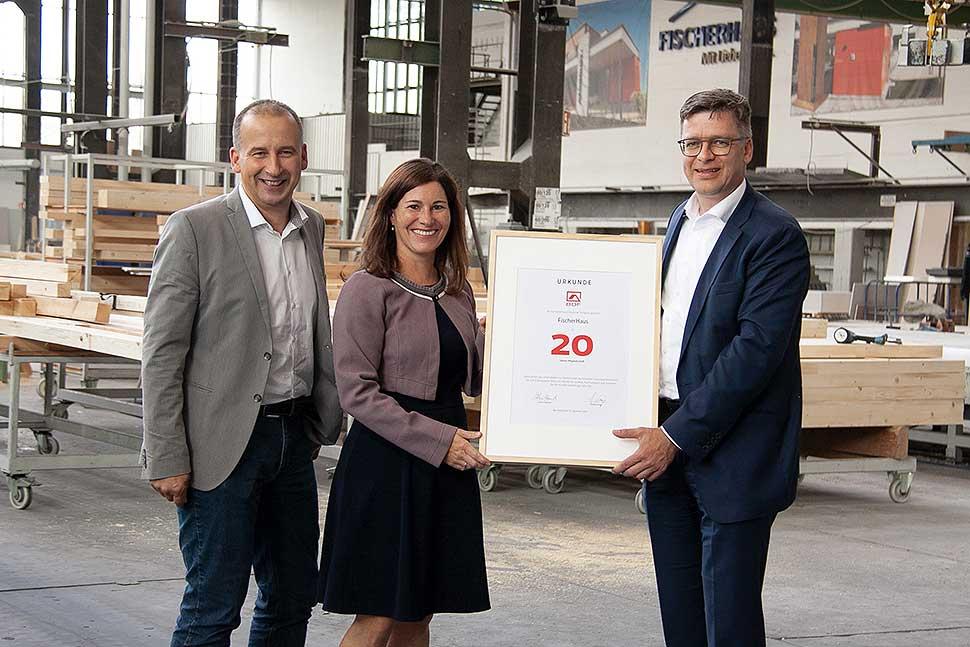 BDF-Geschäftsführer Georg Lange (r.) überreichte Barbara Fuchs (m.) und Markus Leppin (l.) eine Jubiläumsurkunde. Foto: Fischerhaus