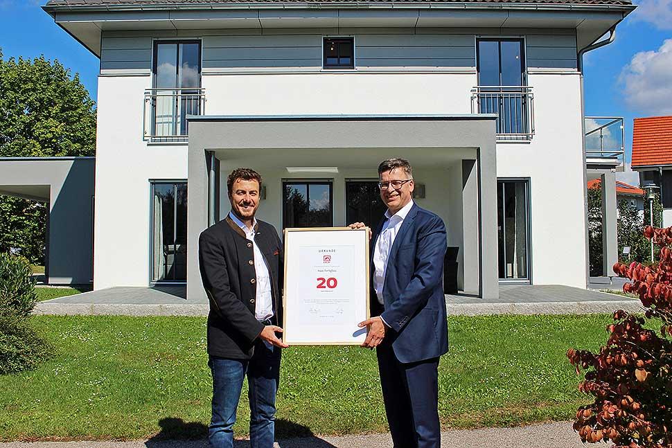 BDF-Geschäftsführer Georg Lange (r.) überreichte Xaver A. Haas (l.) eine Jubiläumsurkunde. Foto: BDF/Haas Fertigbau