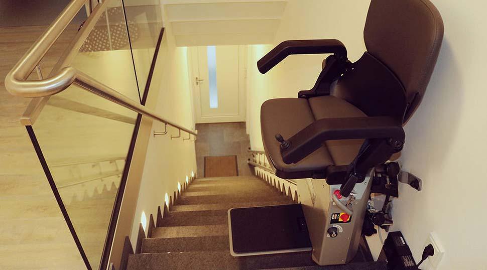 Treppenlift für gerade Treppen: Lebensqualtität zurück gewinnen. Foto: HIRO