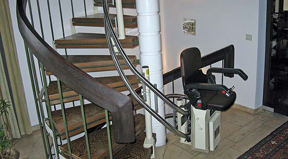 Treppenlift für kurvige Treppen: Lebensqualtität zurück gewinnen. Foto: HIRO