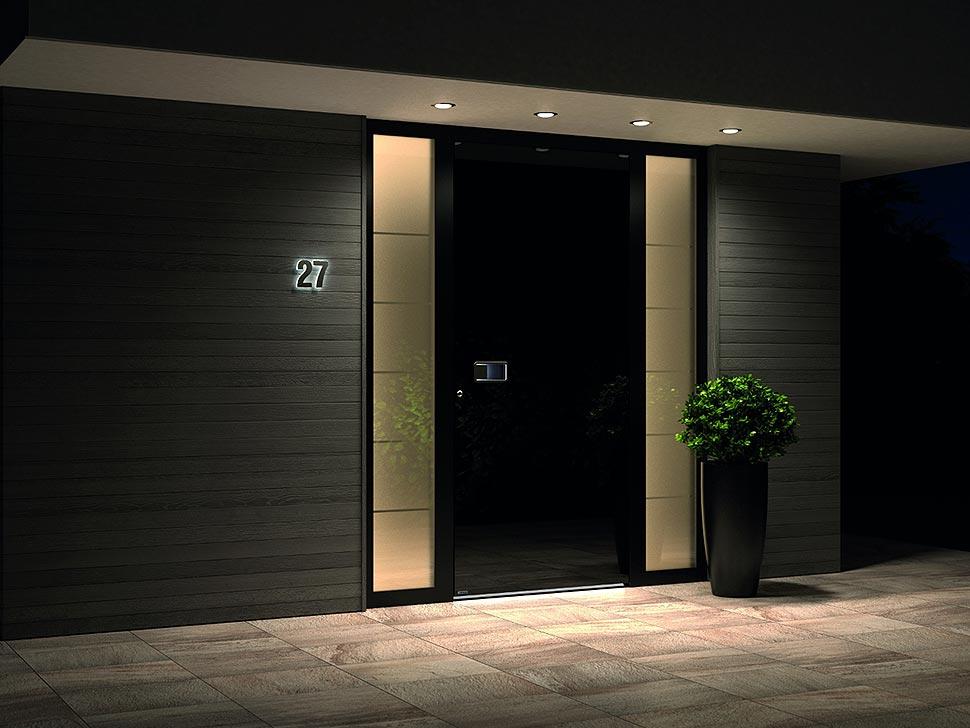 Sowohl der Aluminiumtür als auch der Holz-Eingangstür ist die Option der Kombination mit Glaselementen gemeinsam, die Ihren Eingang mit einem durchdachten Lichtdurchgang optisch aufbauen. Foto: Pirnar