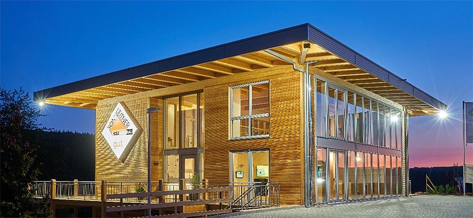 Die Sonnleitner Niederlassung in Wertheim wurde 2019 eröffnet und steht direkt neben dem Storck-Conceptstore. Foto: Sonnleitner Holzbauwerke