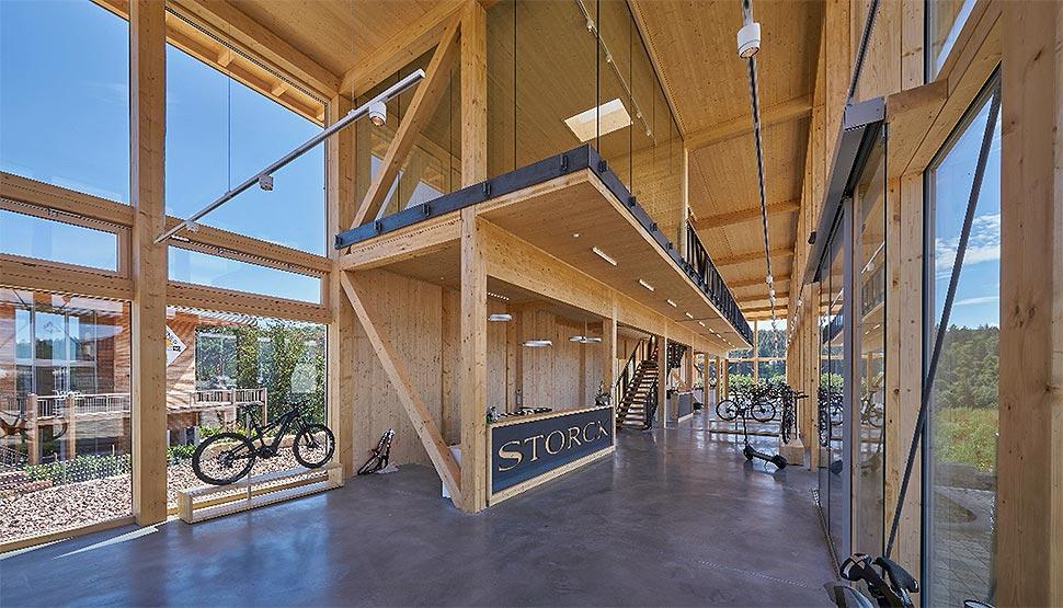 Der in der 42 Meter lange Holzbau erstreckt sich über zwei lichtdurchflutete Etagen. Foto: Sonnleitner Holzbauwerke