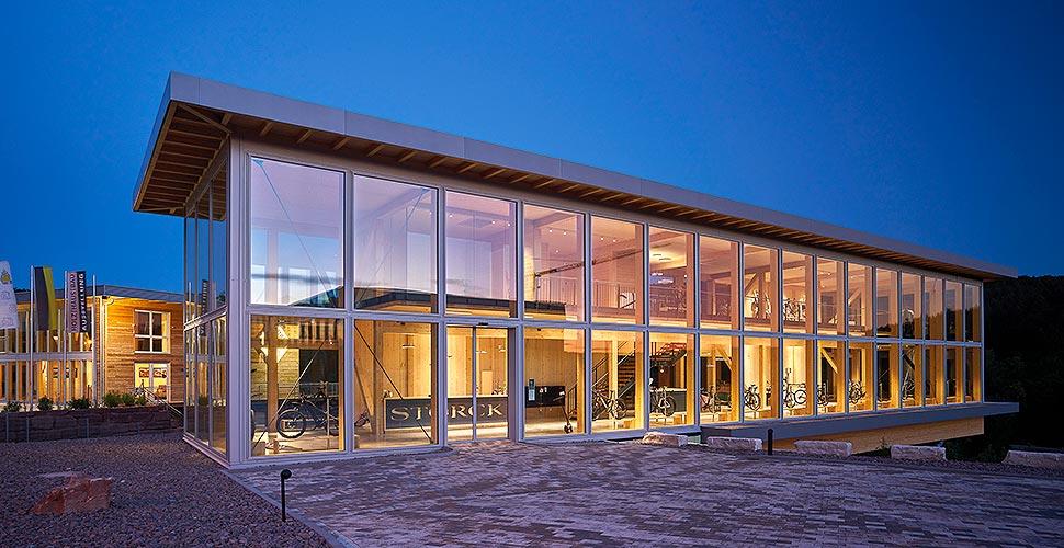 Auch architektonisch ist der Conceptstore ein Hingucker. Das Holzfachwerkhaus hat die Firma Sonnleitner aus Ortenburg gefertigt und errichtet. Foto: Sonnleitner Holzbauwerke
