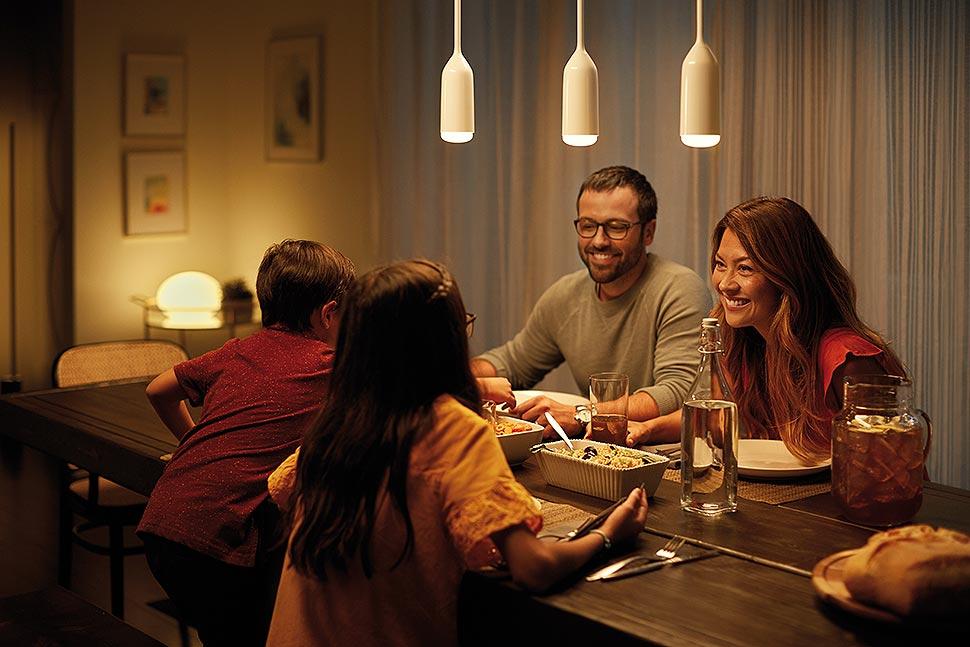 Sanftes, dimmbares Licht sorgt für eine gute Atmosphäre beim gemeinsamen Zusammentreffen am Esstisch. Foto: licht.de / Signify