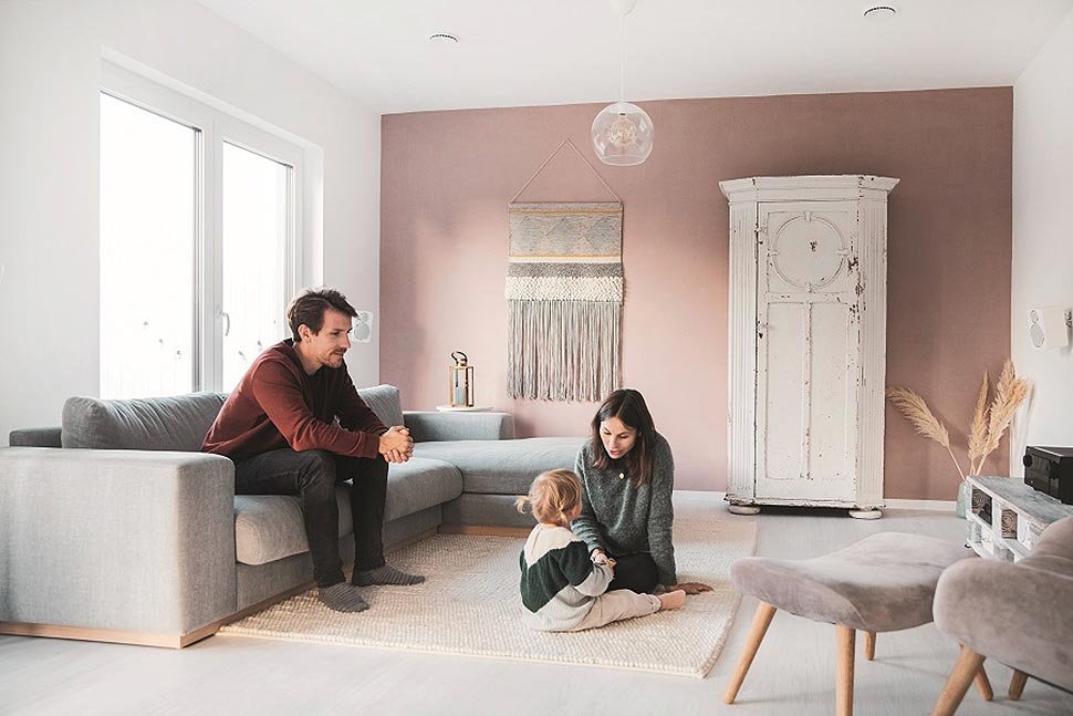 """Naturintegratives Wohnen im modernen Satteldachhaus """"Vinaro"""" von Fingerhut Haus. Foto: Fingerhut Haus"""