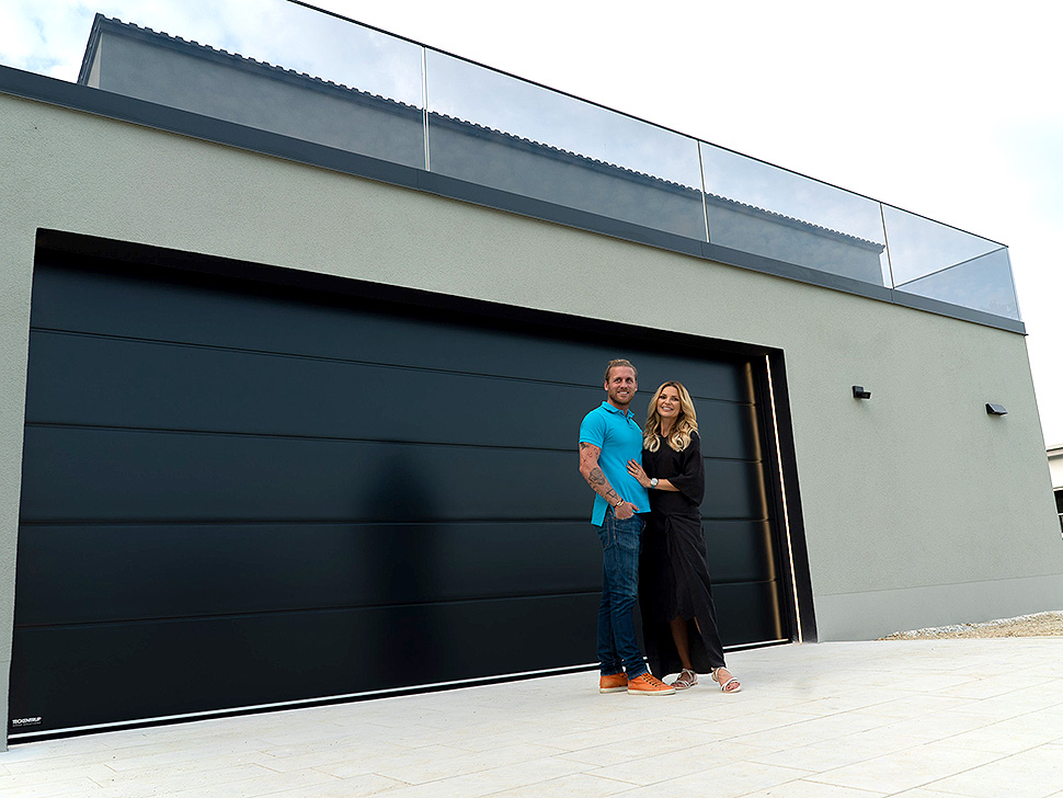 """Optik, Komfort und Sicherheit – das Tor bietet alles, was wir uns für unsere Garage gewünscht haben"""", meint TV-Moderatorin Belinda Gold. Bild: Teckentrup"""