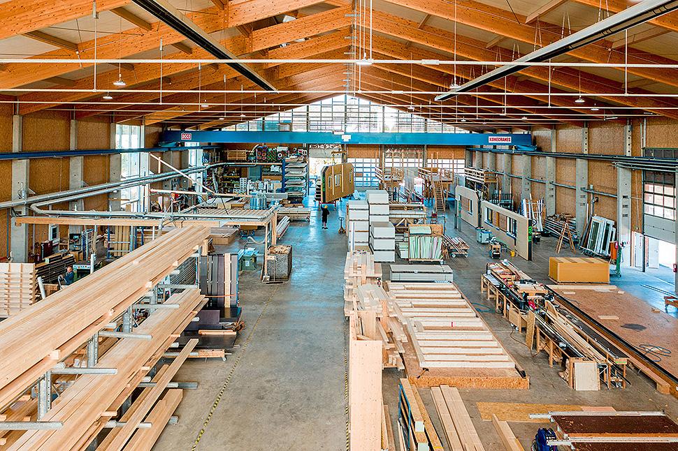 Die Vorfertigung findet witterungsunabhängig in einer Werkshalle statt. Foto: BDF/Gruber Haus/QXXQ