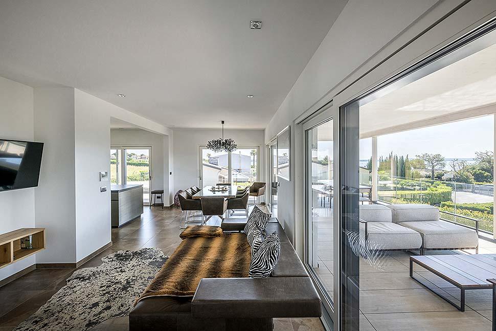 Große Fenster sind beim Hausbau heute Standard. Foto: BDF / Rubner Haus / Alberto Francheschi
