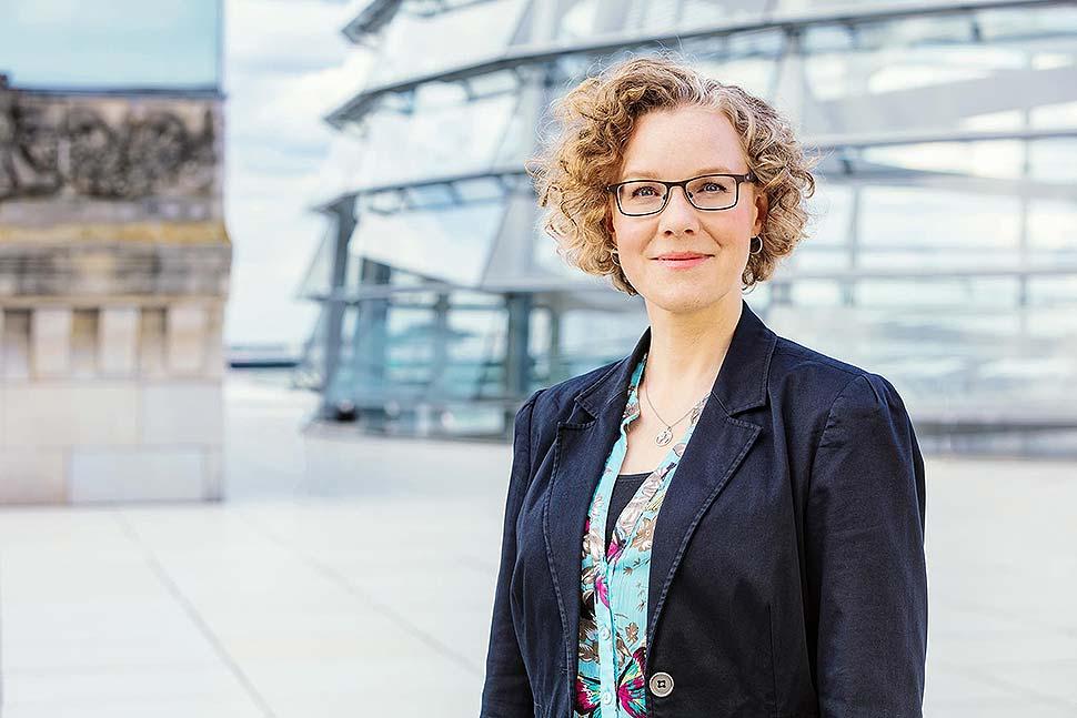 MdB Julia Verlinden diskutierte mit zahlreichen Unternehmern der Fertighausindustrie. Foto: Rainer Kurzeder