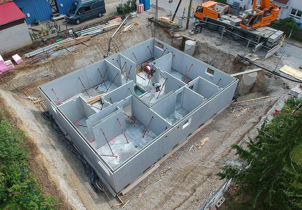 Ein Fertigkeller wird aus industriell vorgefertigten Bauteilen errichtet. Foto: GÜF / Knecht Kellerbau