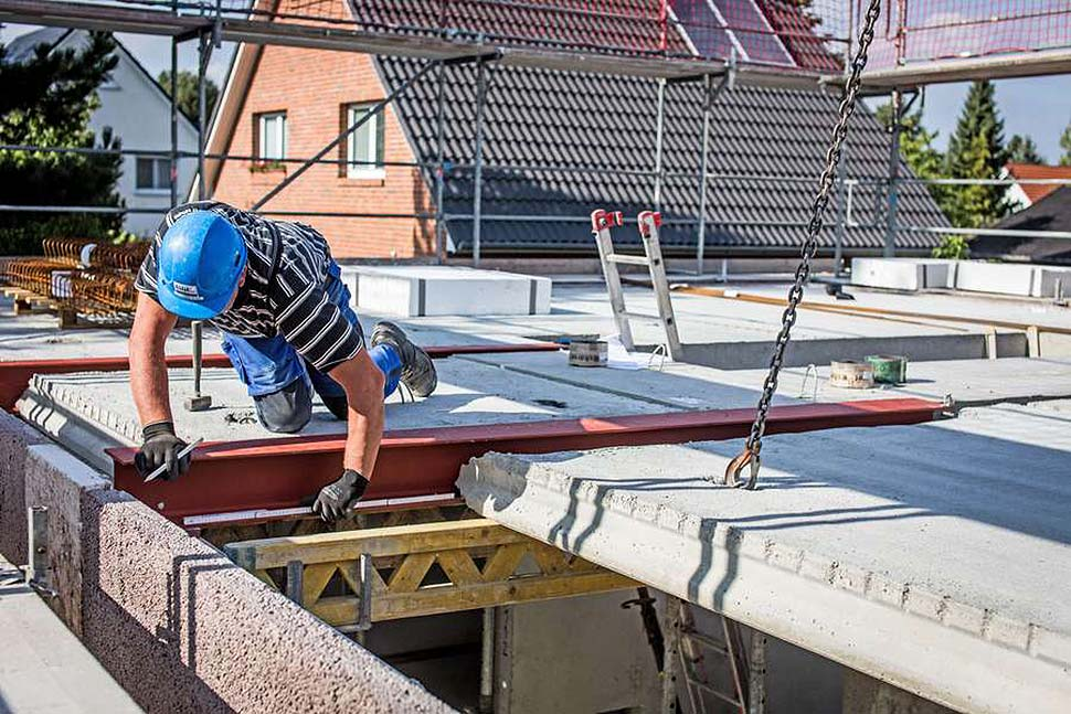 Wer heute ein Haus bauen lässt, muss mit Verknappungen und Verzögerungen beim Materialnachschub rechnen. Foto: djd / Bauherren-Schutzbund
