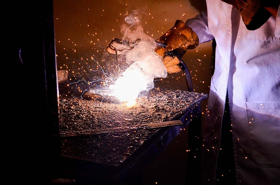 Wozu dient der Schutz von Arbeitshandschuhen? Foto: Miquel Aguilera / unsplash.com
