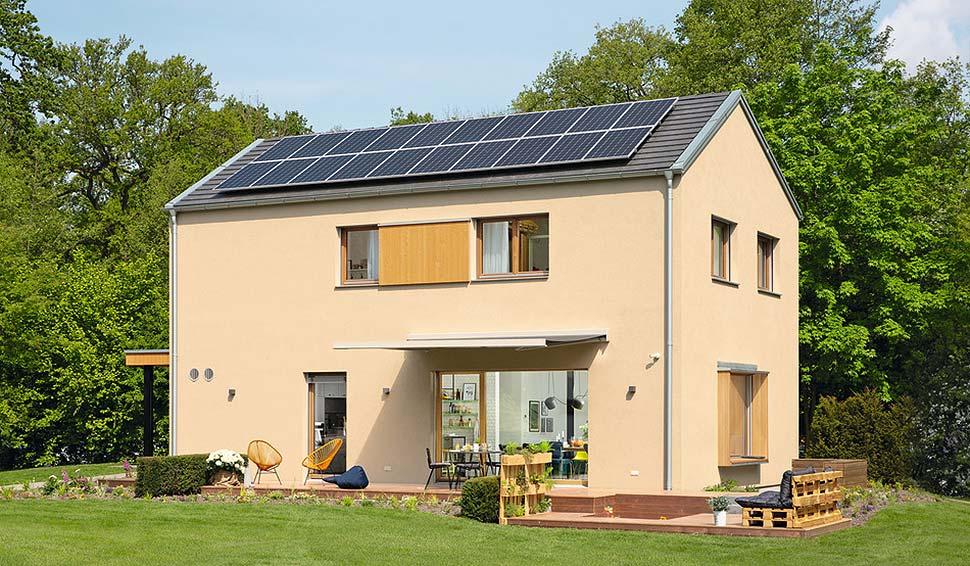 So kann es aussehen. Im WeberHaus sunshine erzeugt eine Photovoltaikanlage Strom, mit dem der Batteriespeicher gespeist wird. Der anschließende Verbrauch kann über wibutler verwaltet werden. Foto: WeberHaus
